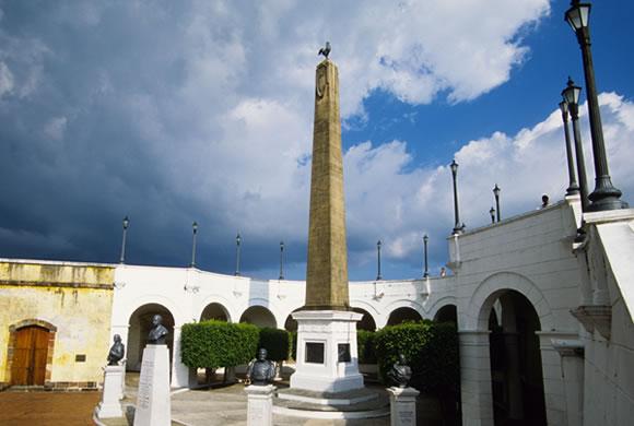 Plaza Francia y el Paseo de las Bóveadas en el Casco Viejo