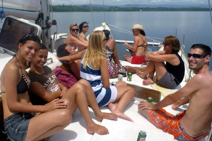 Habla Ya students and teachers enjoying a day out with Bocas Sailing
