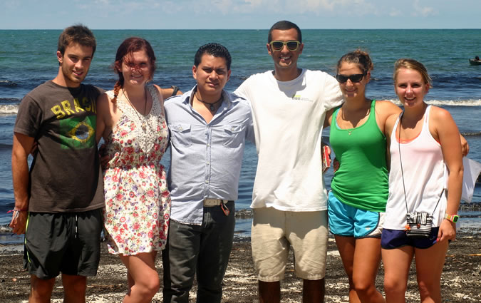 Spanish teacher Diógenes, with his Spanish students at the beach