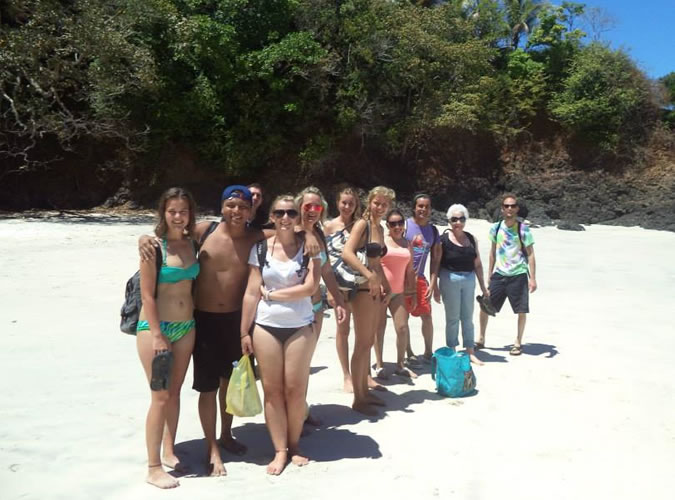 Besides having daily Spanish lessons from Monday to Friday, you will be able to explore Panama with your fellow students every day after class and during the weekends! Group of Habla Ya students at the beach.