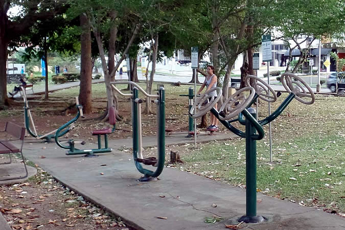 Exercise equipment at Benito Juárez Park in El Carmen, Panama City